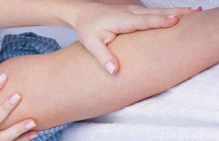 Почему сводит ноги судорога