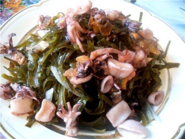 Салат из морской капусты с креветками и мидиями