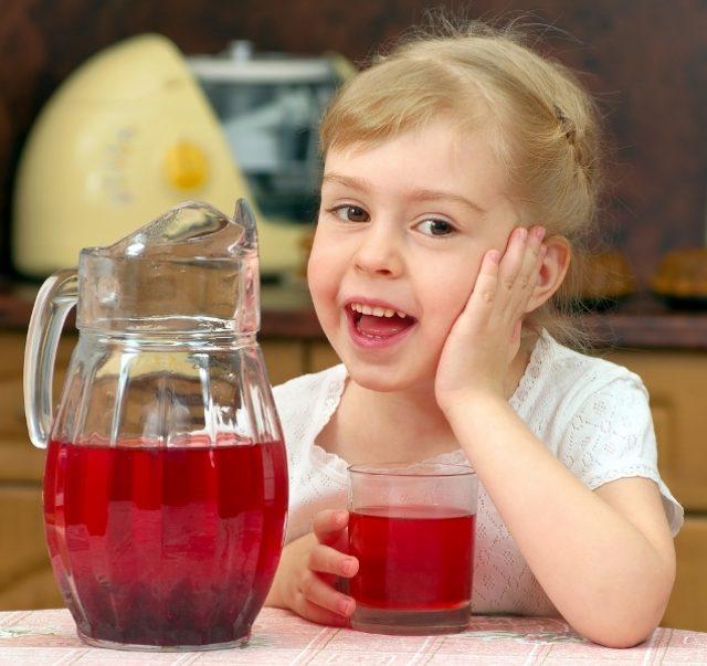 Девочка и калиновый сок
