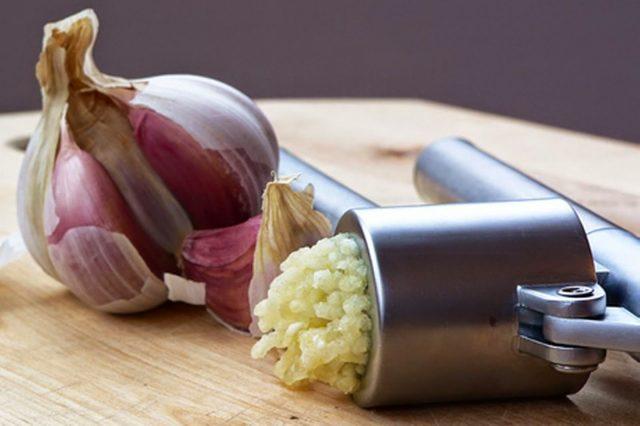 Луковица чеснока и раздавленный чеснок