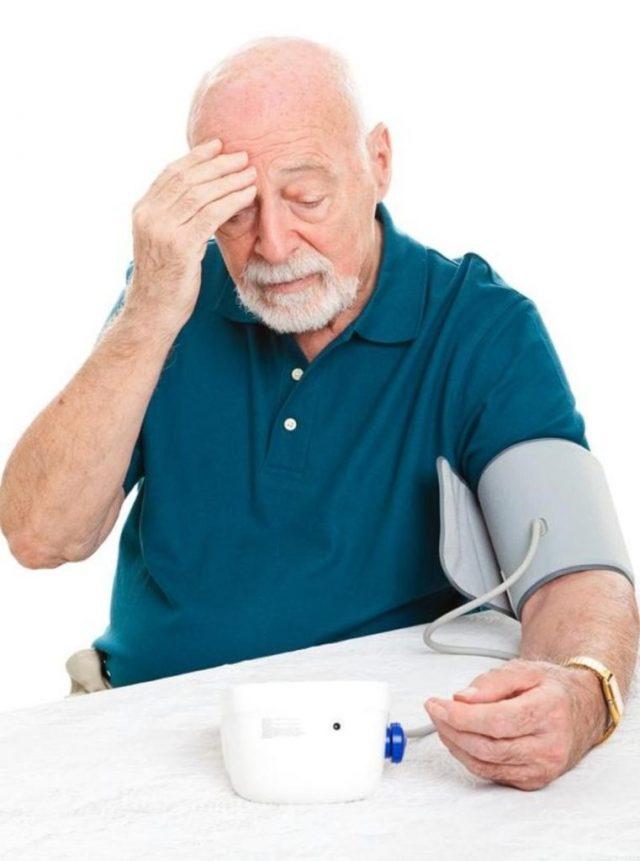 Пожилой мужчина измеряет давление