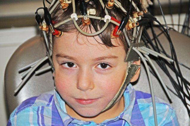 Ребёнок с датчиками на голове