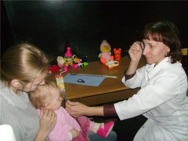 Проведение скиаскопии у маленького ребёнка