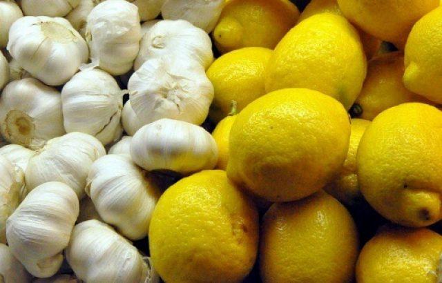 Головки чеснока и лимоны