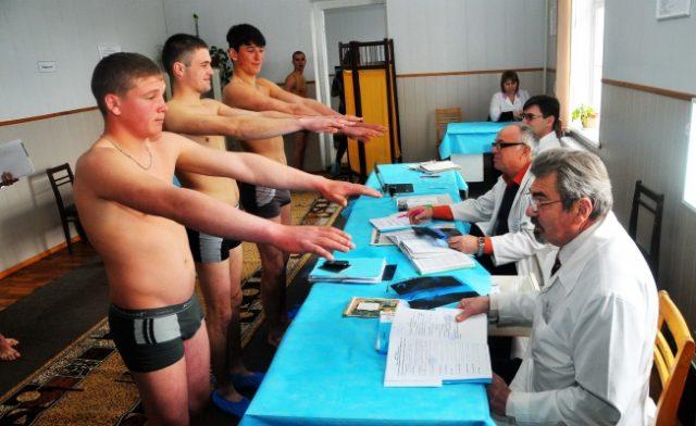 Призывники проходят медкомиссию в военкомате