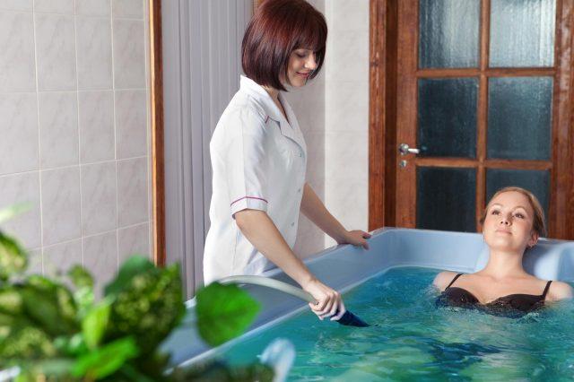 Девушка принимает лечебную ванну