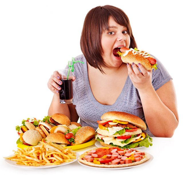 Девушка ест хот-дог