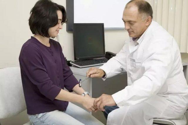 Невролог осматривает пациентку
