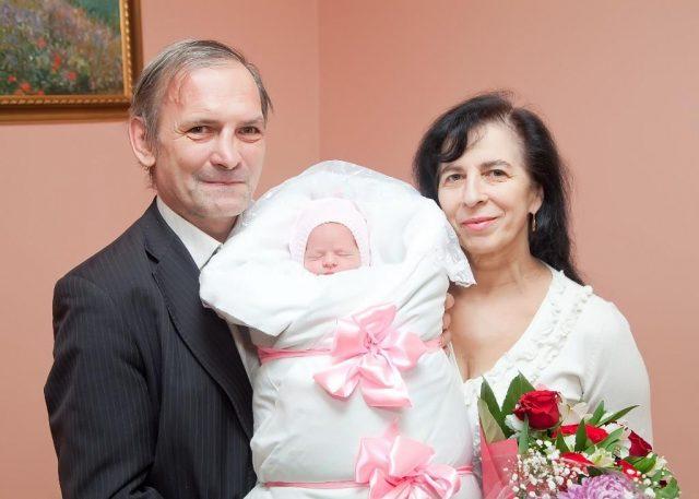 Пожилые родители с младенцем