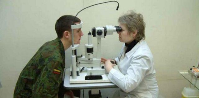 Окулист проверяет здоровье глаз призывника