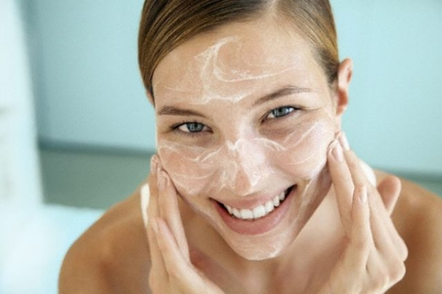 Девушка делает белковую маску для лица
