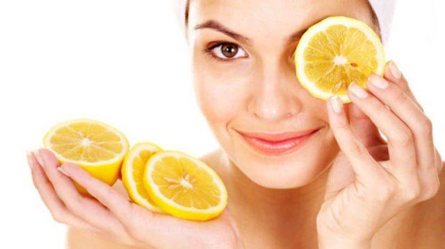 Девушка держит в руке лимон