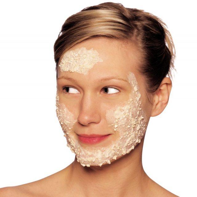 Девушка нанесла на лицо маску из овсянки