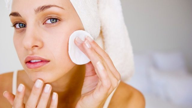 Очищение кожи лица косметическими средствами