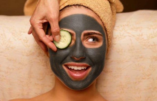 У девушки на лице маска из чёрной глины