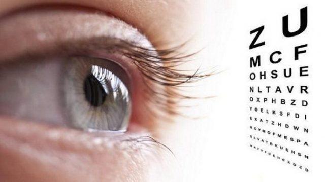 Человек проверяет зрение
