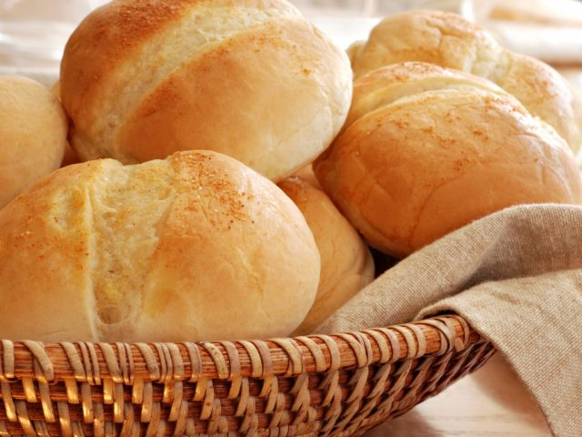 Белый хлеб в корзинке