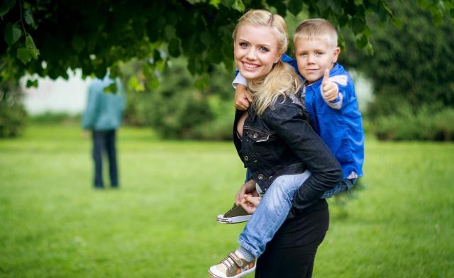 Мама и сын на прогулке