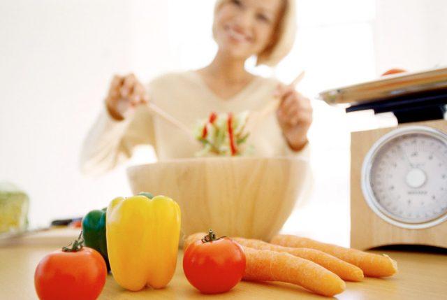 Женщина делает салат