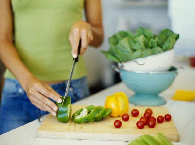 Женщина режет перец