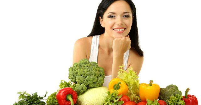 Женщина рядом с овощами