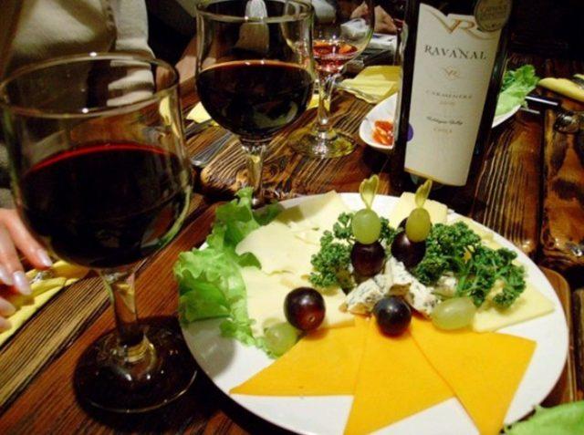 Вино и сырная нарезка с виноградом