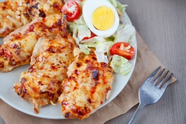 Куриное филе под сыром с яйцами и овощами