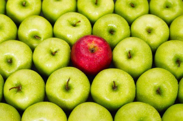 Красное яблоко среди зеленых