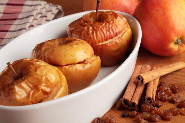 Печеные яблоки и корица