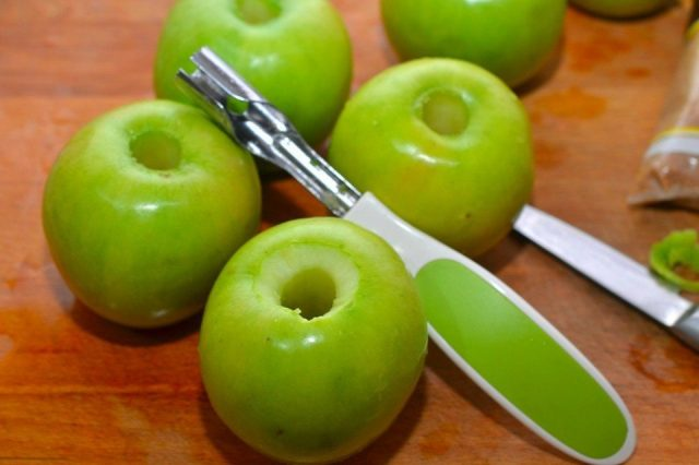 Яблоки с вырезанной сердцевиной