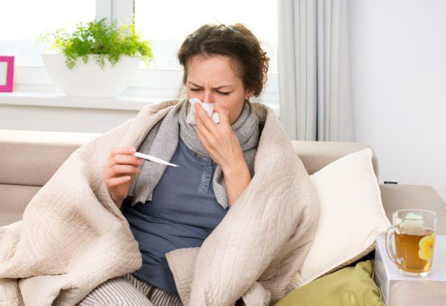 Простуженная женщина