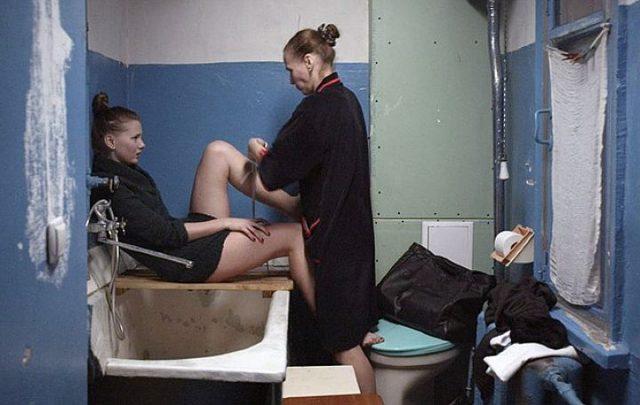 Девушке делают криминальный аборт