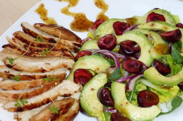 Салат из куриной печени с ягодами черешни