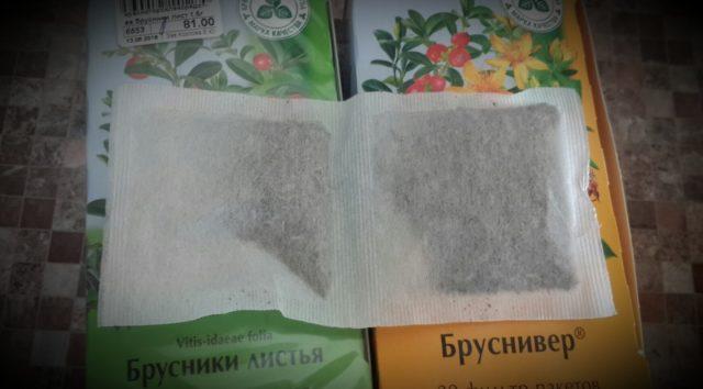 Пакетики травяного чая лежат на упаковке Бруснивера