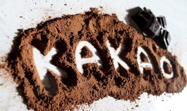 Слово «какао» на порошке какао