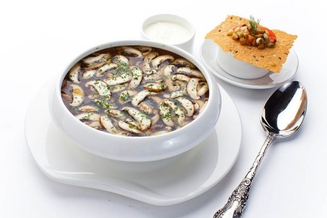 Суп из белых грибов в тарелке