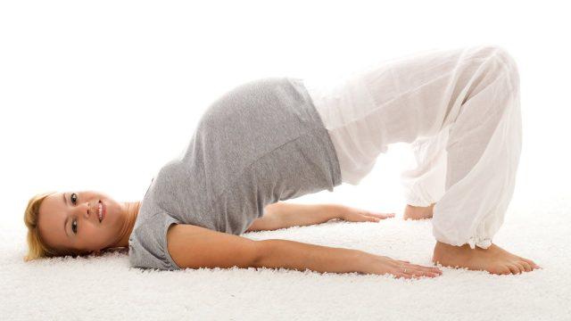 Беременная занимается гимнастикой