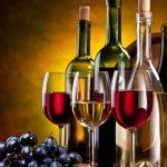 Вино в бутылках и бокалах