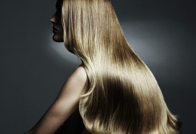 Женщина с прямыми блестящими волосами