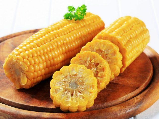 Отварные початки кукурузы