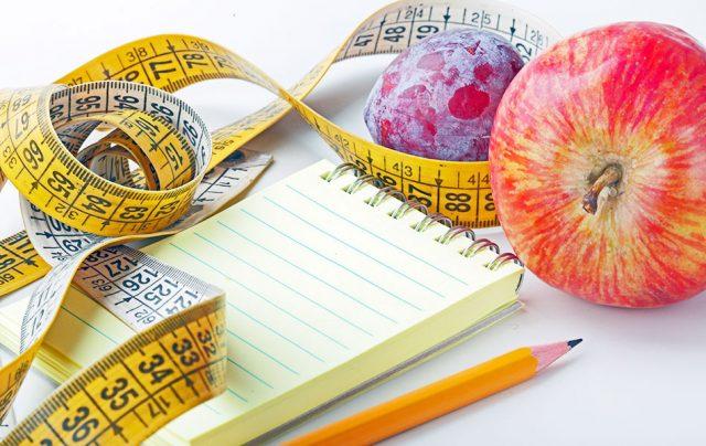 Блокнот, карандаш, фрукты и сантиметр