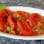 Тушёные помидоры в тарелке