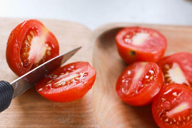 Нож с помидорами на разделочной доске
