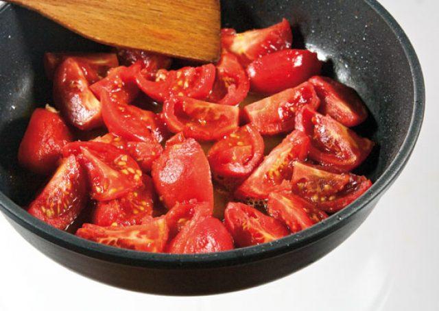 Нарезанные помидоры в сковороде