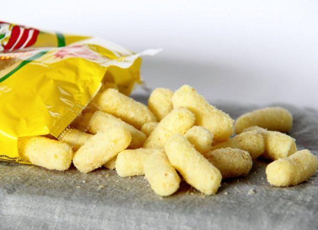 Кукурузные палочки высыпались из пакета