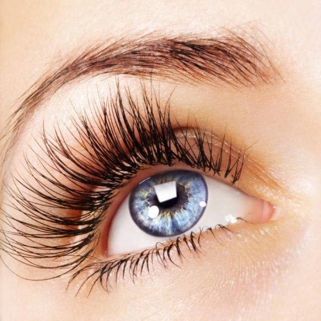 Женский глаз с нарощенными рестицами