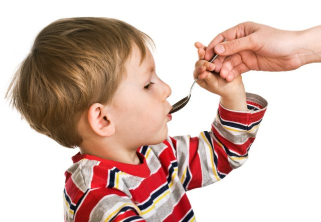 Ребёнку дают капли