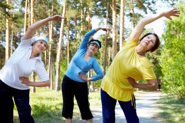 Женщины занимаются гимнастикой на природе