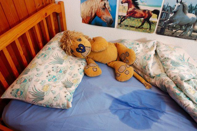 Мокрая постель с игрушкой