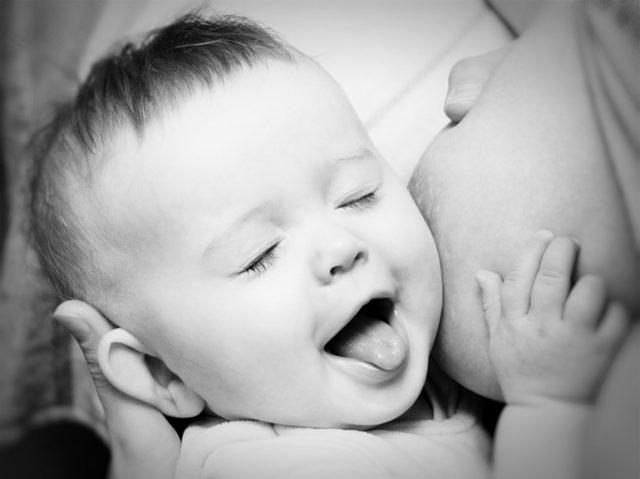 Ребёнок прижался к маминой груди